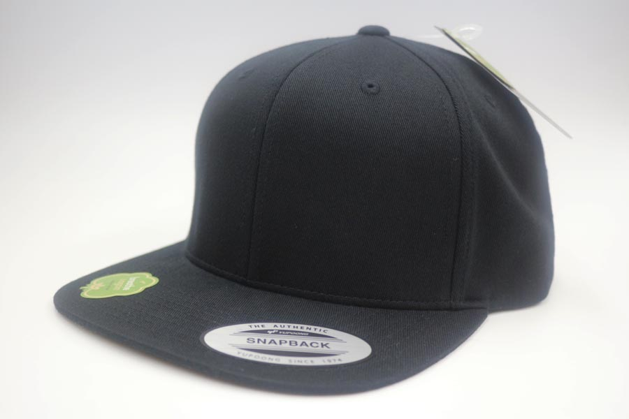 This Flexfit cap was inspired by the love for our planet and is made out of pure organic cotton. The popular snapback shape with reinforced front, flat visor and easy to adjust snapback closure, makes for a fully succeeded design that is almost universally combinable thanks to its neat and easy look.